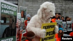 Seorang aktivis Greenpeace dengan mengenakan kostum beruang kutub melakukan protes atas penahanan rekan-rekannya oleh pihak berwenang Rusia (5/10).