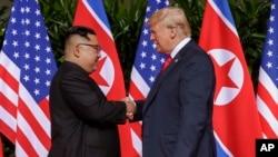 Tổng thống Mỹ Donald Trump bắt tay Lãnh tụ Triều Tiên Kim Jong Un trong một khoảnh khắc lịch sử tại Khách sạn Capella trên Đảo Sentosa ở Singapore, ngày 12 tháng 6, 2018.