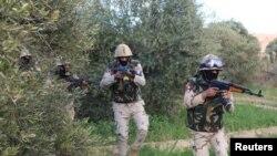 Des officiers de l'armée égyptienne dans le Sinaï lors d'un assaut contre les combattants islamistes, à Al Arish, en Egypte, le 4 mars 2018.