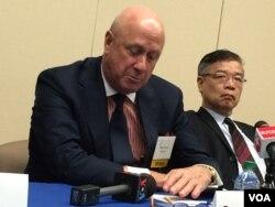 卡内基国际和平基金会副会长包道格(左)右为上海社科院副院长黄仁伟(美国之音莉雅拍摄)