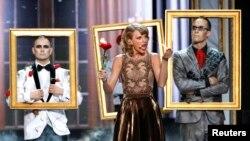 """Taylor Swift performs """"Blank Space"""" during the 42nd American Music Awards in Los Angeles, California, Nov. 23, 2014."""