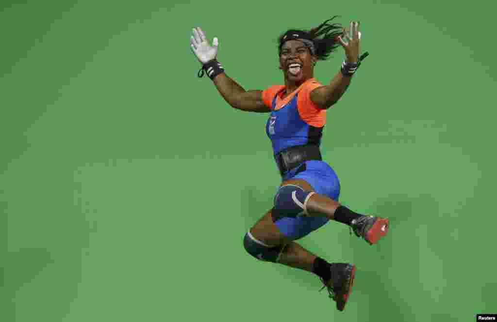 Mathlynn Sasser, des Iles Marshall, fête une victoire dans la catégorie des 58 kg en haltérophilie, Rio de Janeiro, Brésil, le 8 août 2016.