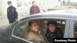 刘霞和律师莫少平在怀柔法庭外(网民提供)