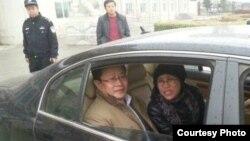 劉霞和律師莫少平在懷柔法庭外(網民提供)