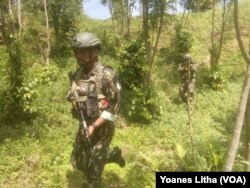 Seorang tentara dalam Operasi Tinombala 2017 untuk menangkap teroris di Poso, Sulawesi Tengah, 3 Agustus 2017