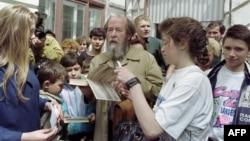 """Nhà văn, nhà bất đồng chính kiến người Nga Alexander Solzhenitsyn ký tên lên cuốn sách """"Quần đảo Ngục tù"""" của ông, ngày 30/5/1994. Ông là người có sức ảnh hưởng mạnh mẽ đến triết gia người Pháp André Glucksmann."""