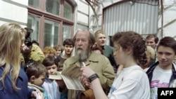 Nhà văn Nga Alexander Solzhenitsyn ký tặng sách 'Quần đảo Ngục tù' sau khi gặp gỡ học sinh của trường số 1 tại Vladivostok năm 1994. Ông Solzhenitsyn trở về Nga ngày 27/5/1994 sau 20 năm sống lưu vong.
