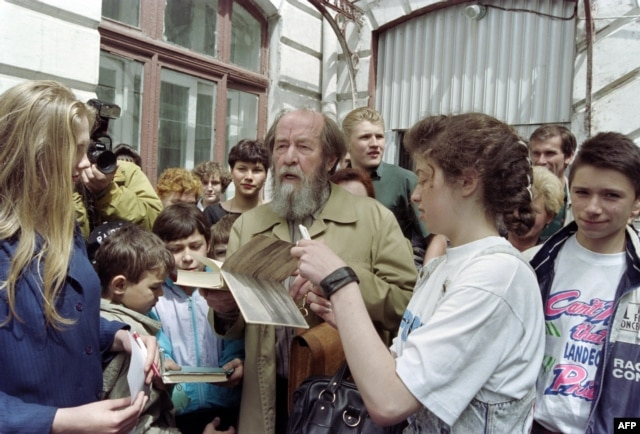 "Russian writer Alexander Solzhenitsyn autographs his book ""Archipelago GULAG"" after meeting pupils of school number 1 in Vladivostok on May 30, 1994."