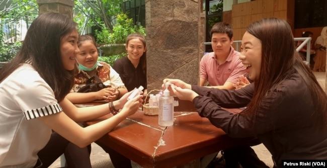 Sejumlah mahasiswa Ubaya mencoba hand sanitizer ekstrak aloe vera (Foto: VOA/ Petrus Riski)