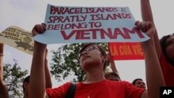 6月12号越南民众举着标语在中国大使馆前抗议(资料照片)