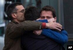 Thân nhân các hành khách trên chuyến bay lâm nạn an ủi nhau tại sân bay Barcelona ở Tây Ban Nha, ngày 24/3/2015.
