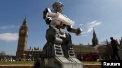 """Para aktivis HAM berusaha menyerukan larangan bagi penggunaan """"Robot Pembunuh"""" dalam perang dalam aksi di depan parlemen Inggris di London (foto: ilustrasi)."""