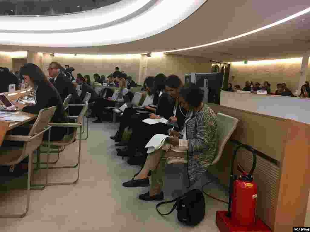 خانم عاصمه جهانگیر قبل از گزارش به نشست حقوق بشر سازمان ملل آخرین یادداشت های خود را آماده می کند.