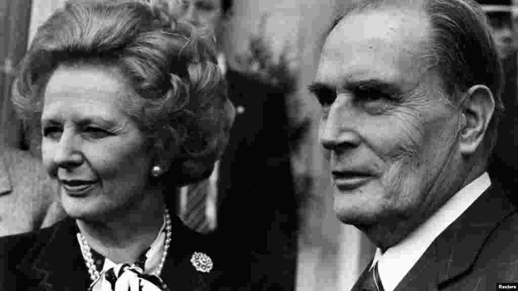 Antiga primeira-ministra Margaret Thatcher e antigo presidente francês François Mitterrand posam para a imprensa após reunião sobre controlo de armamento nuclear na Normandia (Março 1987)