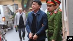 Ông Đinh La Thăng được dẫn giải tới tòa hôm 8/1.
