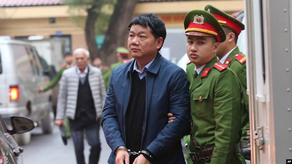Cựu Ủy viên Bộ Chính trị Đinh La Thăng (bị còng tay) không nhận tội tại phiên tòa phúc thẩm đang diễn ra tại Hà Nội. Viện Kiểm Sát Nhân dân cấp cao ở Hà Nội đã đề nghị giữ nguyên bản án 13 năm tù được tuyên vào tháng 1 vừa qua.