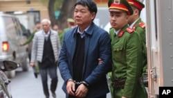Ông Đinh La Thăng bị dẫn giải ra tòa.