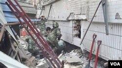 Tim penyelamat mencari korban setelah terjadi gempa di provinsi Yunan, Tiongkok barat daya.