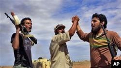 Des révolutionnaires libyens réagissent durant une attaque contre la ville de Syrte, le 6 octobre 2011.