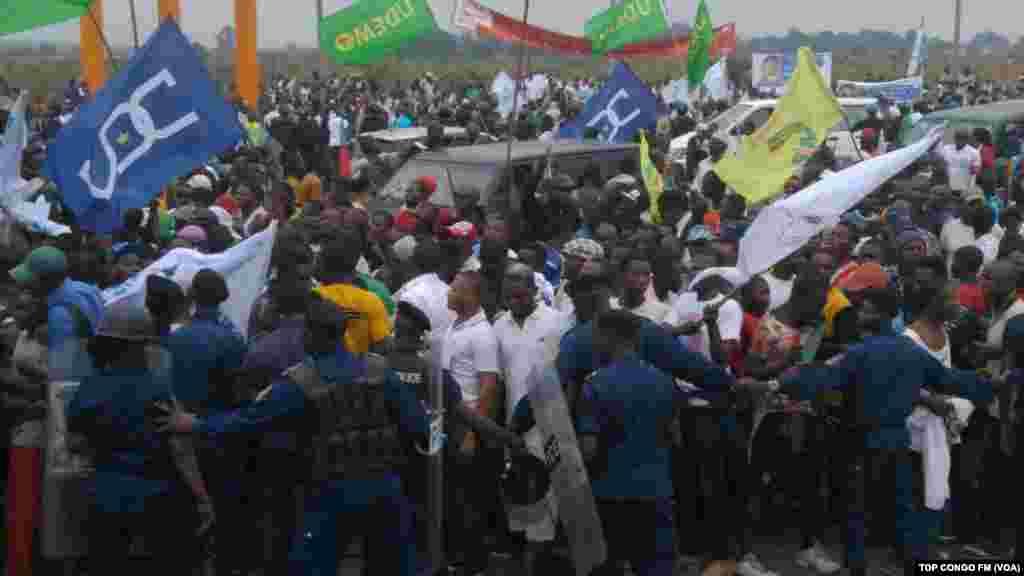 Les supporters d'Etienne Tshisekedi à l'aéroport, pour son arrivée à Kinshasa, le 27 juillet 2016.(Top Congo)