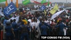 Les partisans d'Etienne Tshisekedi à l'aéroport, pour son arrivée, le 27 juillet 2016. (Top Congo)