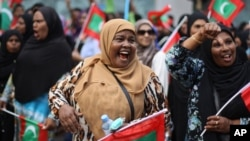 Opposition supporter shout slogans during a protest demanding Maldives President Yameen Abdul Gayoom resign and jailed ex-president Mohamed Nasheed be freed, in Male', Maldives, May 1, 2015.