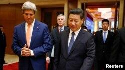 9중국 베이징에서 9일 개막한 미-중 전략경제대화를 참석한 존 케리 미 국무장관(왼쪽)이 시진핑 중국 국가주석과 대화하고 있다.