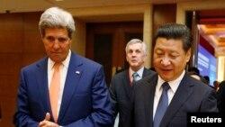 John Kerry (à g.) et le président chinois, Xi Jinping, à Beijing (Photo Reuters)