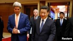شی جین پینگ رئیس جمهوری چین (راست) و جان کری وزیر امور خارجه آمریکا - پکن، ۱۸ تیر ۱۳۹۳
