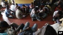 Người tị nạn bất hợp pháp từ Sri Lanka bị bắt tại một đồn cảnh sát ở Colombo sau khi bị bắt gần bờ biển Negombo và Galle Face chuyển bị ra khơi bằng thuyền để đến Australia.