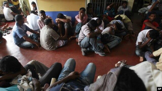 Di dân bất hợp pháp từ Sri Lanka tại một trạm cảnh sát ở Colombo, sau khi bị bắt gần bờ biển Negombo và Galle Face để chuẩn bị vượt biên sang Australia, ngày 28/5/2012