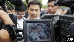 Thủ tướng Thái Abhisit Vejjajiva nói chuyện với các nhà báo sau khi đi thăm những người Thái bỏ nhà đi lánh nạn vì các cuộc giao tranh