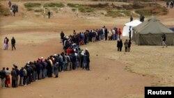 Eleitores zimbabueanos fazendo fila em Mbare perto de Harare