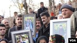 Uludere'de hayatını kaybedenler mezarları başında anılırken yakınları hukuki süreçte yaşananlara tepki gösterdi
