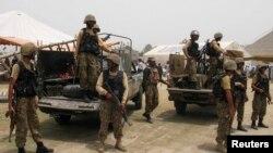 Tentara Pakistan terlihat di daerah kesukuan Khyber di negara itu.