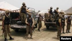 Tentara Pakistan berjaga saat warga yang melarikan diri untuk menghindari serangan ofensif militer melawan militan di Waziristan Utara menerima makanan dari tentara di Bannu, propinsi Khyber-Pakhtunkhwa (Foto: dok).