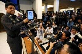 Trung tướng Prawut Thavornsiri công bố ảnh nghi phạm được cho là dính líu đến các vụ nổ gần đây Bangkok tại trụ sở Cảnh sát Hoàng gia Thái Lan tại Bangkok, ngày 1/9/2015.
