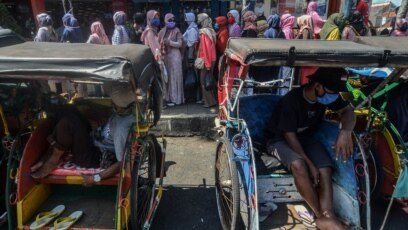Para pembeli antre untuk berbelanja di sebuah supermarket di tengah wabah virus corona (Covid-19) di Ciamis, Jawa Barat, 20 Mei 2020. (Foto: Antara via Reuters)