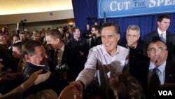Bakal calon presiden dari Partai Republik, mantan Gubernur Massachussetts, Mitt Romney, menyapa para pendukungnya di Traverse City, Michigan, Minggu, 26 Februari 2012 (AP Photo/Gerald Herbert).