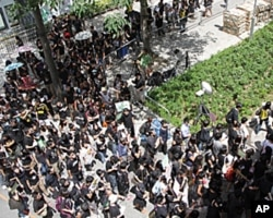 逾三百名身穿黑衣的新闻工作者游行抗议政府和警队打压新闻自由