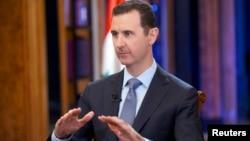 El presidente sirio Bashar al-Assad habla durante una entrevista con Fox News channel en Damasco. (Foto divulgada por SANA).