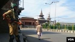 印控克什米爾首府斯利那加,聚禮清真寺前持槍的印度軍人。 (2018年9月28日,美國之音朱諾拍攝)