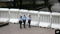 香港警方用水馬將灣仔會展附近團團圍堵。