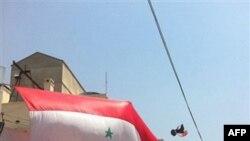 Проправительственные демонстранты у входа в посольство США. Дамаск. 11 июля 2011 года