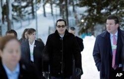 El secretario del Tesoro de EE.UU., Steven Mnuchin, se dirige a una reunión del Foro Económico Mundial, en Davos, Suiza. Enero 24, de 2018.
