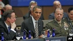 Tổng thống Obama (giữa) phát biểu tại hội nghị thượng đỉnh NATO ở Chicago hôm 21/5/12