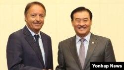 강창희 한국 국회의장(오른쪽)이 23일 의장접견실에서 국회 초청으로 한국을 방문 중인 장 피에르 벨 프랑스 상원의장과 만나 악수하고 있다.