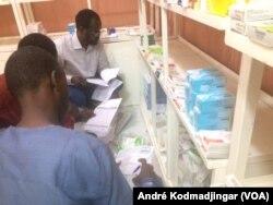Les membres de la commission contrôlent les médicaments sont dans une pharmacie à N'Djamena, 13 septembre 2018. (VOA/André Kodmadjingar)