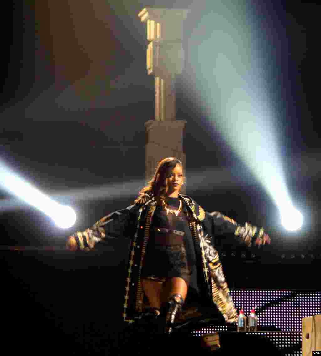 """Rihanna impresiona durante la presentación de su gira mundial 2013 denominada """"Diamond"""" en la ciudad de Washington."""