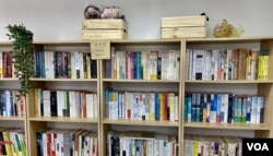 香港学生组织贤学思政在旺角设立的社区空间,被警方破门搜证前,设有二手书寄卖及漂书的空间 (美国之音汤惠芸)